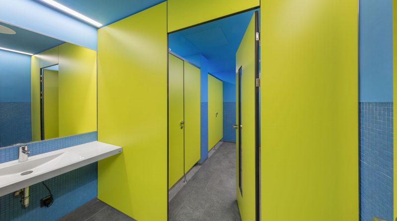 Schulbau im Sanitärraum    WC-Trennwände von KEMMLIT für den Bildungsbereich